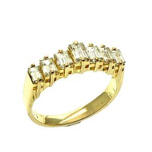 Gouden ring met baguette geslepen diamant