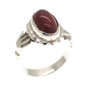 zilveren ring met carneool op handen gedragen