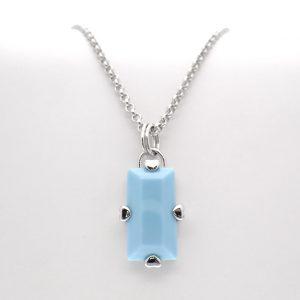 zilveren ketting met blauwe hanger
